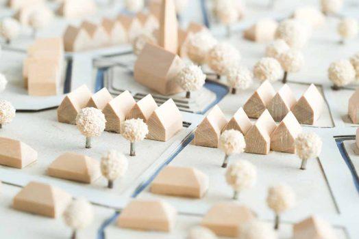 Städtebauliches Modell aus Holz und Karton mit Weißen Bäumen